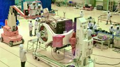 Operarios de Organización de Investigación Espacial de India (ISRO) trabajan en la nave 'Chandrayaan-2'. Foto: AFP
