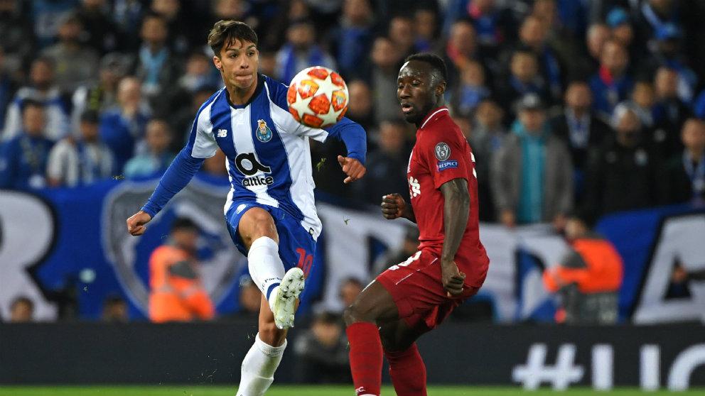 Óliver Torres con el Oporto en un partido frente al Liverpool (AFP)