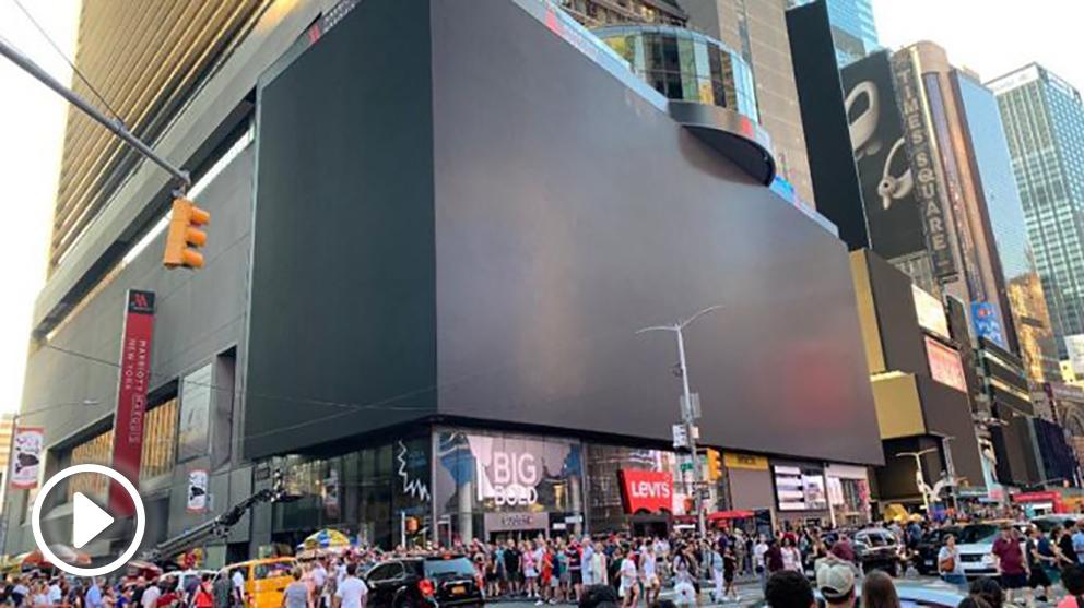 Las famosas pantallas de Times Square, en el barrio de Manhattan en Nueva York, apagadas por el corte en el suministro eléctrico. Foto: Twitter
