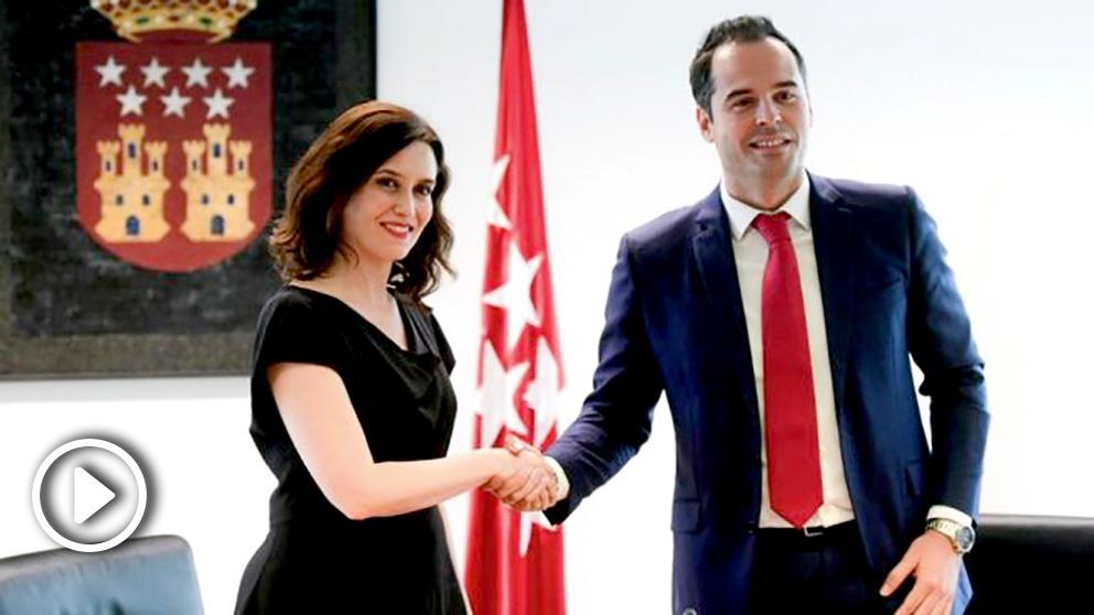 Isabel Díaz Ayuso firmando su pacto con Ignacio Aguado. (Foto. PP)