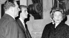 Don Juan Carlos en la entrada de un restaurante en Roma junto a su padre, don Juan de Borbón, y la hermana de este, la infanta Beatriz de Torlonia (Foto: EFE)