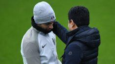 Nasser Al Khelaifi y Javier Pastore durante un entrenamiento del PSG. (AFP)
