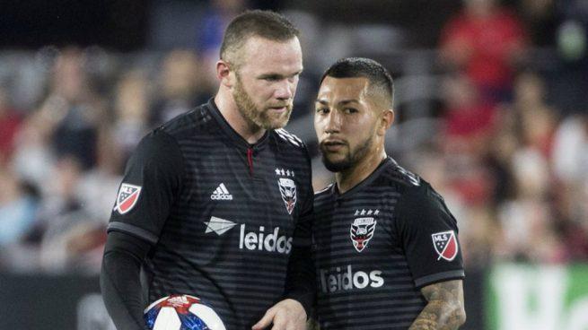 Wayne Rooney y Lucho Acosta