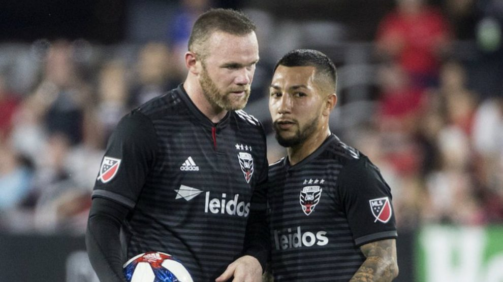 Wayne Rooney y Lucho Acosta (@Dcunited)