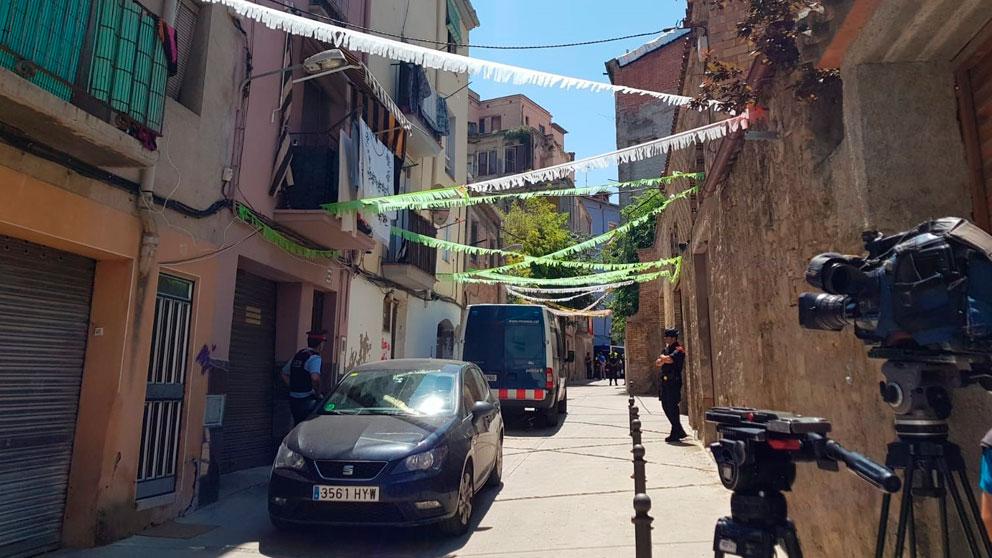 Mossos d'Esquadra en el exterior del lugar donde supuestamente 'la Manada' de Manresa violó en grupo a una menor de edad. Foto: EP