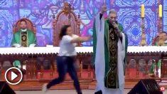vlcsnap-2Momento en el que la mujer agrede al sacerdote Marcelo Rossi en plena misa.019-07-15-15h44m12s482