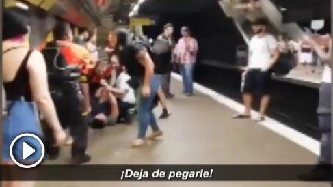 Pelea entre carteristas y vigilantes en el Metro de Barcelona.