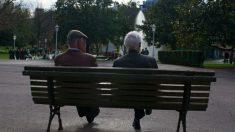 Dos ancianos sentados en un banco en el parque de Doña Casilda Iturrizar, Bilbao (Foto: iStock)