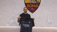 Pau López posa con la camiseta de la Roma (@ASRoma)