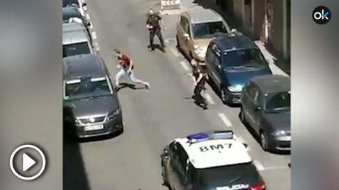 Momento en el que el joven intenta atacar a la agente de Policía Nacional @REDES
