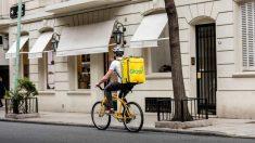 Los riders continúan repartiendo pedidos en medio de la crisis sanitaria