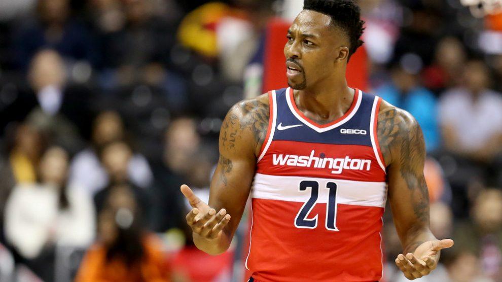 Dwight Howard protesta una acción en su último equipo en la NBA. (AFP)