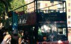 Ocho turistas alcanzados con pintura arrojada por encapuchados contra un autobús en Barcelona
