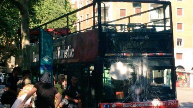 Nuevo caso de turismofobia en Barcelona: un colectivo radical ataca con pintura un autobús y alcanza a 8 turistas