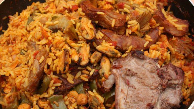 Paella con carne de cordero y alcachofas
