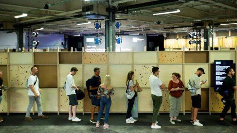 Varios visitantes hacen cola para entrar en Sonar+D, el congreso de tecnologías creativas que se celebra anualmente en paralelo al festival de música Sónar 2019. Foto: EFE