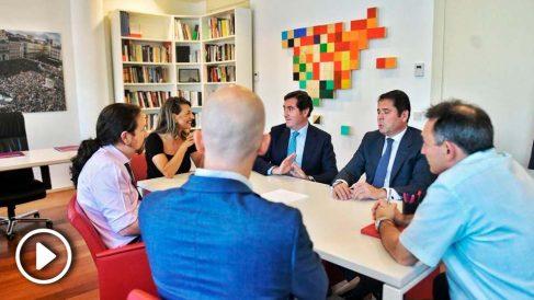 Pablo Iglesias reunido en su despachazo del Congreso con los presidentes de CEOE y Cepyme. (Foto: EP)