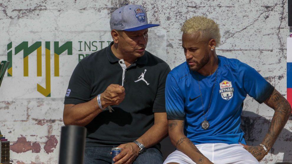 Neymar,-junto-a-su-padre,-durante-el-torneo-benéfico-organizado-por-el-jugador-hace-una-semana-en-Sao-Paulo-(AFP)