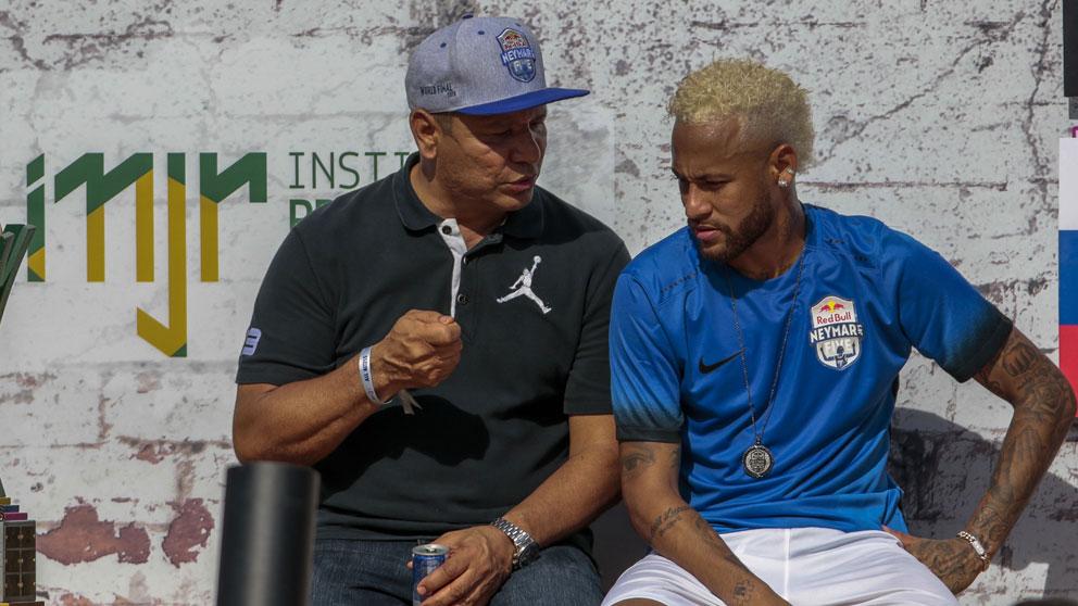 Neymar, junto a su padre. (AFP)