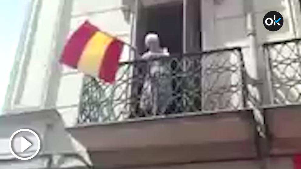 Silvia Baleztena se hizo viral en 2017 por ondear la bandera de España desde su balcón en Pamplona.