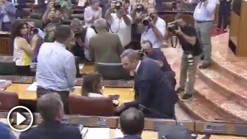 Susana Díaz le niega el saludo a Juan Bravo, consejero de Hacienda de la Junta de Andalucía.