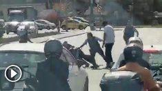 Los Mossos detienen a un hombre armado con un cuchillo.