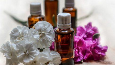 El agua de rosas te ayudará a calmar la piel y está formado por ingredientes naturales.