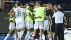 Los jugadores de Argelia celebran el gol en la final de la Copa de África. (AFP)