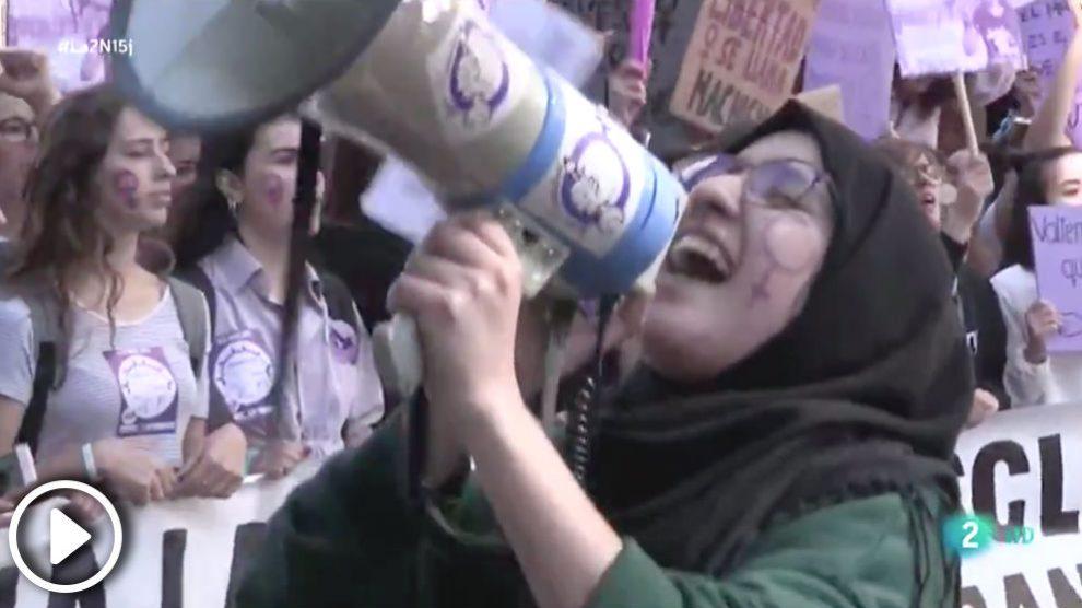 Imagen del telediario de La 2 en el que se pidió «desterrar estereotipos como los piropos».