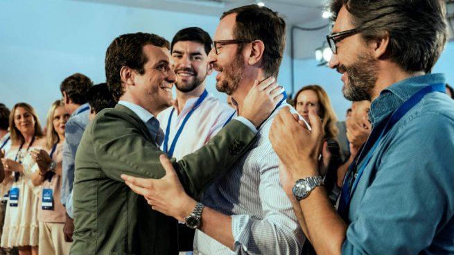 Pablo Casado saluda a Javier Maroto, hoy en Vitoria.