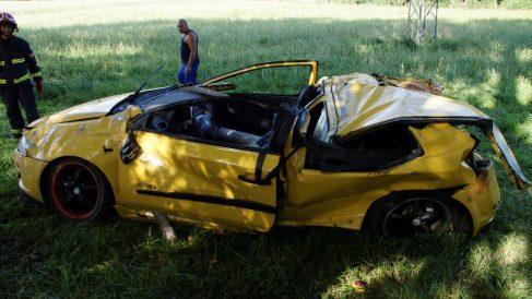 Estado en el que quedó el coche en el que viaban los fallecidos en el accidente de Salamanca. (Efe)