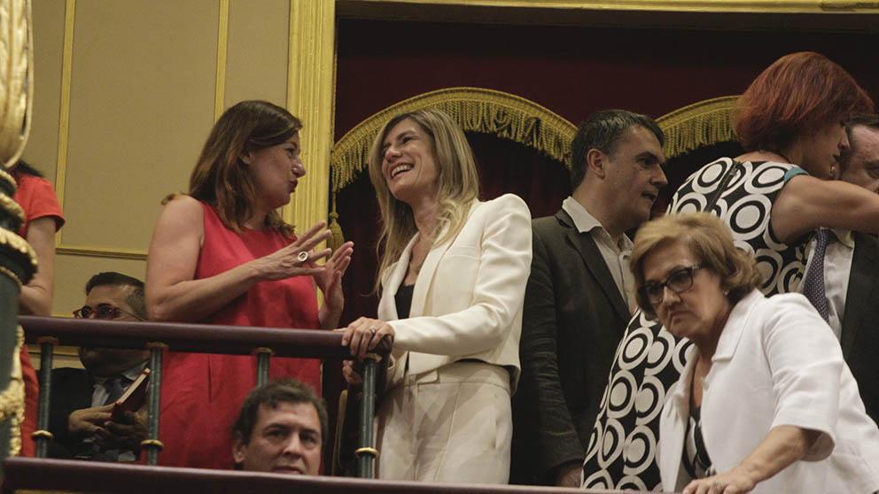 La madre de Pedro Sánchez, de blanco con gafas, en el pleno de investidura. (Foto: Francisco Toledo).