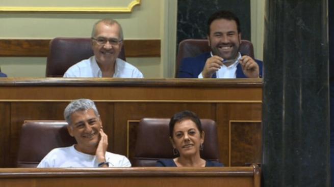 Jon Iñárritu, diputado de Bildu en el Congreso, acompañado por el resto de sus dirigentes en el Pleno de investidura @Twitter