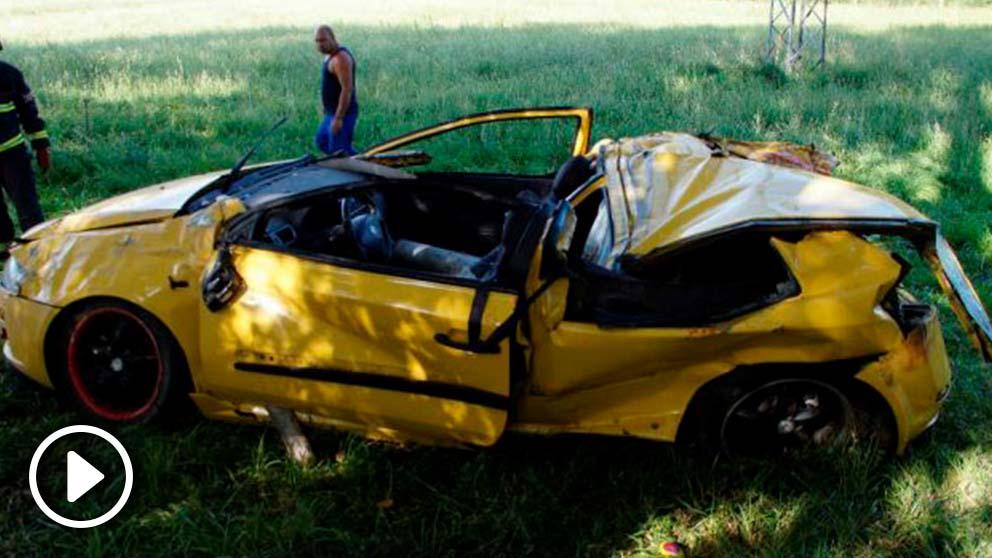 Estado en el que quedó el coche en el que viajban los fallecidos en el accidente de Salamanca. (Efe)