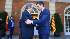 Pedro Sánchez y Quim Torra en la puerta del Palacio de la Moncloa. Foto: @Getty