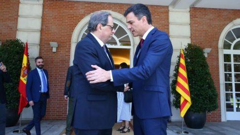 Pedro Sánchez y Quim Torra en la puerta del Palacio de la Moncloa @Getty