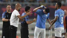 Guardiola da instrucciones a los jugadores del Manchester City durante la gira en China. (AFP)