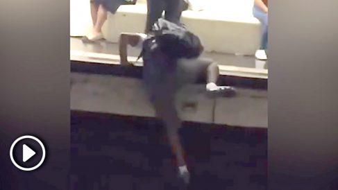 El presunto carterista huyendo por las vías del Metro.