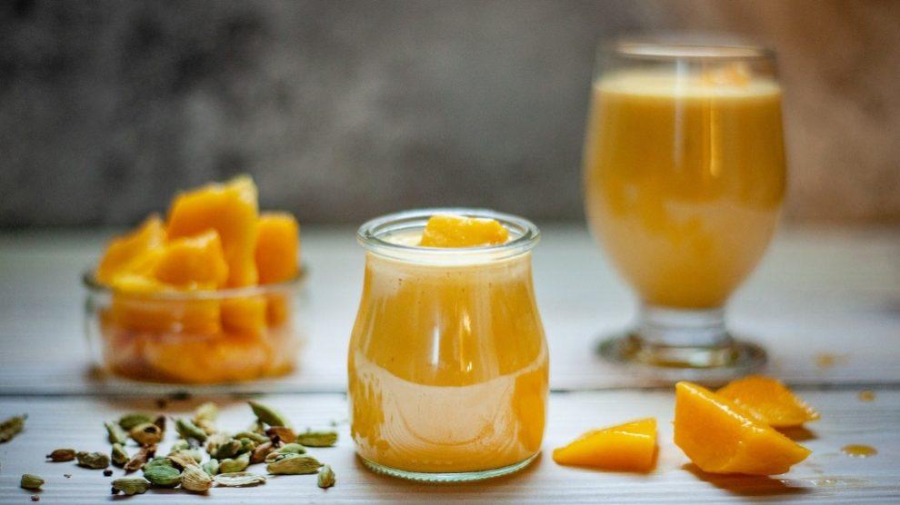 Refrescante batido de mango, fresa y almendras