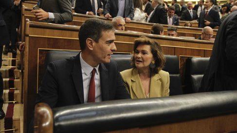 Pedro Sánchez y Carmen Calvo en sus escaños del hemiciclo. (Foto: Francisco Toledo).