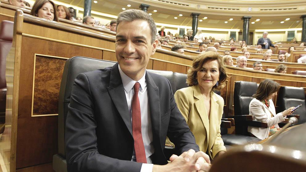 Pedro Sánchez y Carmen Calvo momentos antes de comenzar el debate de investidura en el Congreso de los Diputados. (Foto: Francisco Toledo).