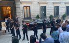 Una decena de agentes de la CNP protegen el coche de Pedro Sánchez para que periodistas y diputados no se acerquen al presidente.