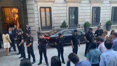 Agentes protegiendo el coche oficial de Pedro Sánchez, este lunes.