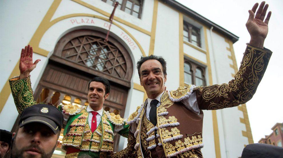 Los diestros Emilio de Justo (i) y Manuel Jesús «El Cid» (Foto: EFE)