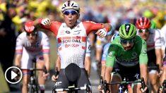 Caleb Ewan celebra su triunfo. (AFP)