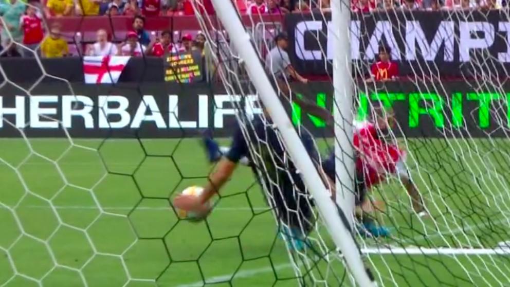 Nacho Fernández evita el gol del Arsenal frente al Real Madrid y es expulsado.