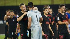 Los jugadores del Atlético de Madrid felicitan a Adán. (AFP)