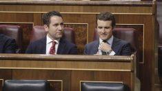 Pablo Casado y Teodoro García Egea en sus escaños del Congreso de los Diptuados. (Foto: Francisco Toledo).