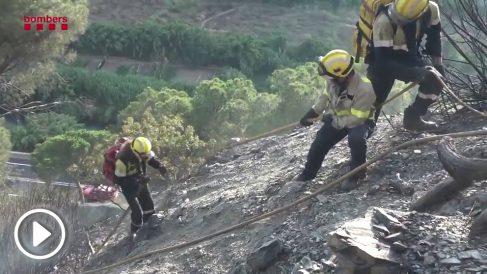 Efectivos de bomberos en el incendio de Capellades (Barcelona).