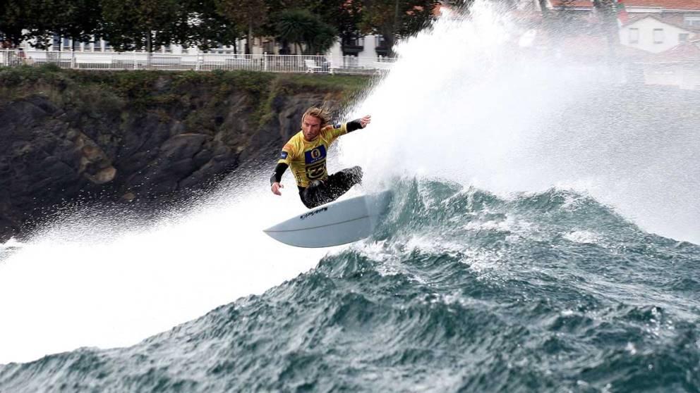 España cuenta con un gran número de playas para hacer surf